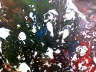 Detailaufnahme Modernes Acrylgeälde abstrakt bunt und dunkel mit hellen Flecken
