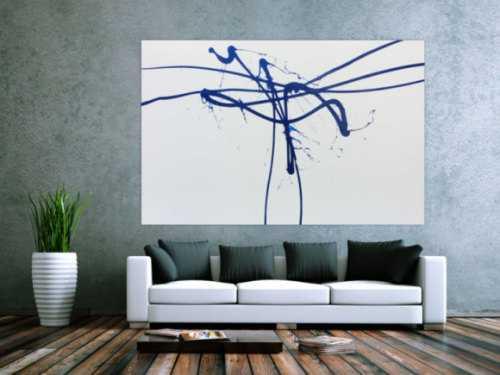 Monimalistisches abstraktes Gemälde in weiß und blau sehr modern